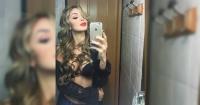 Compartió sensuales selfies en su baño pero este particular detalle la dejó en evidencia