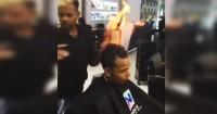 Peluquería masculina india usa fuego en la cabeza de sus clientes para cortarles el pelo