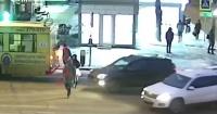 Mujer fue atropellada por un automóvil y su reacción sorprende a la web