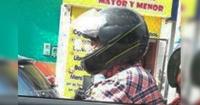 Abuela no supo ponerse el casco para andar en moto y se hizo viral