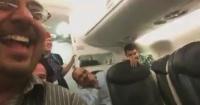 Pasajeros estallan de la risa al escuchar a un hombre explicar que el vuelo se canceló a su desconfiada esposa