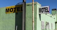 Mujer choca su auto contra el motel donde estaba su esposo y su amante