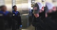 Le revisaron el bolso en el aeropuerto y pasó la vergüenza de su vida por culpa de sus padres
