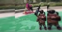 La fallida acrobacia de un niño para impresionar a su amiguita que enternece a la web