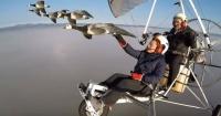 """El """"hombre pájaro"""" que vuela a miles de metros de altura junto a las aves"""