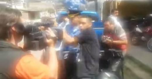 """La violenta """"patada voladora"""" de un delincuente para evitar que la prensa lo grabe"""