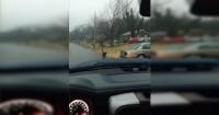 Obligó a su hijo a correr bajo la lluvia al colegio y muchos aplauden su decisión
