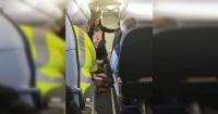 """Mujer aseguró ser """"Dios"""" y quiso abrir la puerta de un avión en pleno vuelo"""