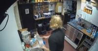 ¿Actividad paranormal? El extraño fenómeno con un teléfono que aterroriza a los empleados de un bar