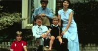 """""""¿Qué pasa si caigo a un agujero negro?"""": La 'terrorífica' respuesta de Stephen Hawking a un niño"""
