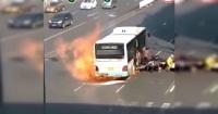 El dramático escape de los pasajeros de un bus que se incendió en plena calle