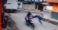 """La fantástica """"patada voladora"""" de un hombre para detener a un ladrón motorizado"""