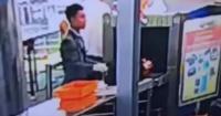 Empleado de seguridad de aeropuerto fue pillado in fraganti robando a anciano de 89 años