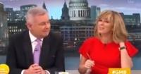 Presentadora de noticias nota algo extraño en su cuello y protagoniza vergonzoso momento