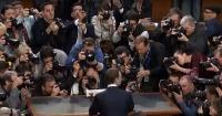 """Alguien te mira: la foto de Mark Zuckerberg """"perdiendo su privacidad"""" que se viraliza en la web"""