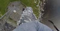 El escalofriante descenso desde 100 metros de altura de este hombre, que te producirá vértigo