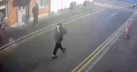 Ráfaga de viento se lleva el dinero que acababa de robar un ladrón y se vuelve viral