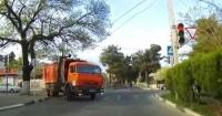 El espeluznante momento en que un camión pasa por arriba de una niña en cruce peatonal