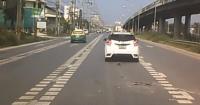 """Un """"objeto volador"""" casi aplasta a un auto y el video impacta en la web"""
