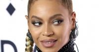 Beyoncé sufre caída en pleno escenario y su reacción saca aplausos