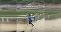 Mono no aguanta bullying, se defiende y deja tiritando a turista que se hizo el gracioso