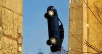 El misterio del auto que apareció colgando de un puente en Toronto