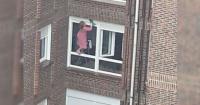 La arriesgada maniobra de una mujer para limpiar las ventanas de su departamento a cuatro pisos de altura
