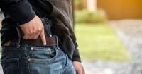 """""""Le gritaba que se la devolviera"""": quiso robar a un transeúnte pero la víctima le quitó la pistola y huyó"""