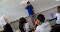Profesor que no le pagaban hace meses rompe en llanto tras emotiva sorpresa de sus alumnos