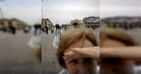 Video de dos abuelitas que luchan por sacarse una selfie enternece a la web