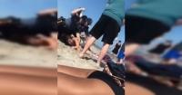 La salvaje golpiza de dos policías a una joven en bikini por tener cervezas en la playa