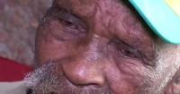 El hombre más viejo del mundo quiere dejar de fumar a los 114 años