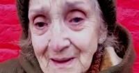 Anciana le da las gracias a mujer que le ayudó a pagar la cuenta del supermercado