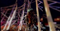 El impactante momento en que una montaña rusa se descarrila y ocupantes caen desde 10 metros de altura