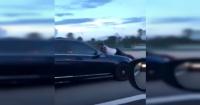 La arriesgada maniobra de un hombre para detener a su pareja a más de 120 km/h