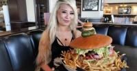 Youtuber devora una hamburguesa de 2 kilos en menos de 9 minutos y gana concurso en España