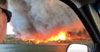 """Arriesgada pareja filmó un """"tornado de fuego"""" que se acercaba hacia ellos"""
