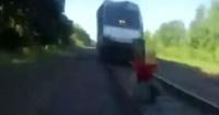 La desesperada carrera de un policía para salvar a un hombre a punto de ser arrollado por un tren