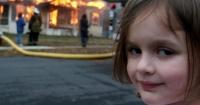 """La """"Niña Desastre"""" cumplió 18 años y emuló con una divertida foto el meme que la hizo famosa"""