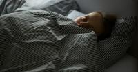 ¿Por qué hay personas que necesitan taparse para dormir aunque haga calor?