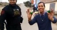 Joven mago sorprende con este truco a un policía y a las redes sociales