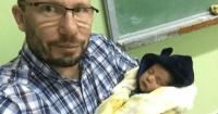 La foto de un profesor con el bebé de una alumna en brazos que conmueve a Facebook