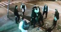 La brutal pelea entre meseros y jóvenes a las afueras de un restaurante