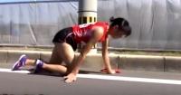 Atleta se fractura la pierna y termina la carrera gateando