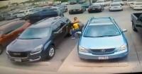 La brutal paliza de un hombre enorme a dos mujeres en un estacionamiento