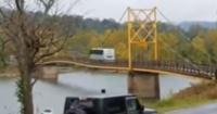 El tenso momento en el que un bus intenta cruzar un puente colgante