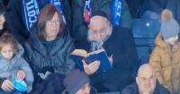 Viral: rabino lee un texto sagrado en pleno partido de fútbol