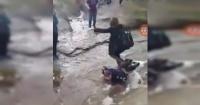 Indignación por estudiantes que obligaron a un niño con parálisis cerebral a hacer de puente humano