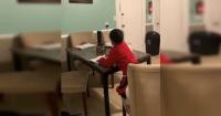 Madre sorprende a su hijo usando inteligencia artificial para hacer sus deberes del colegio