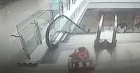 El impactante momento en que un bebé cae por una escalera mecánica